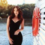 Comment porter une robe noire en grande occasion ?