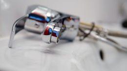 Un robinet en réparation