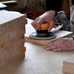 Poncer un meuble en bois pour la finition : comment faire ?