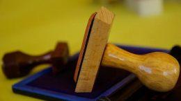 Comment remplacer l'empreinte caoutchouc sur un tampon encreur