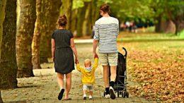 parents-bébé-poussette