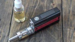 Une cigarette électronique et du e-liquide